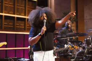 reggie-watts-mic-pointing